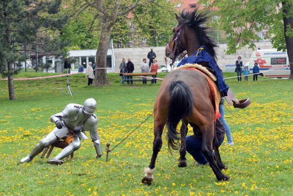 Kôň jazdca v brnení zo začiatku neposlúchal.