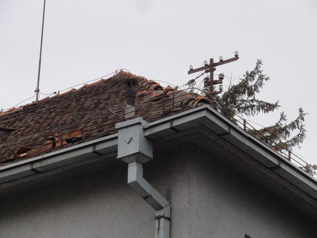 Strecha pôsobí nestabilne už na prvý pohľad. Minulý týždeň z nej spadlo niekoľko kusov škridly.