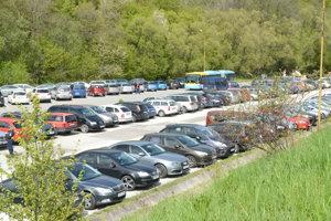 Parkovisko mesta. Po zaplnení asfaltového parkoviska museli vodiči odstaviť svoje autá na platené plochy.