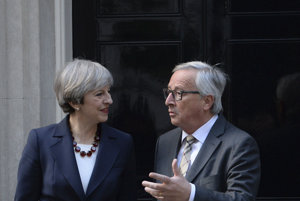 Mayová (vľavo) s Junckerom po obede na Downing Street 10.