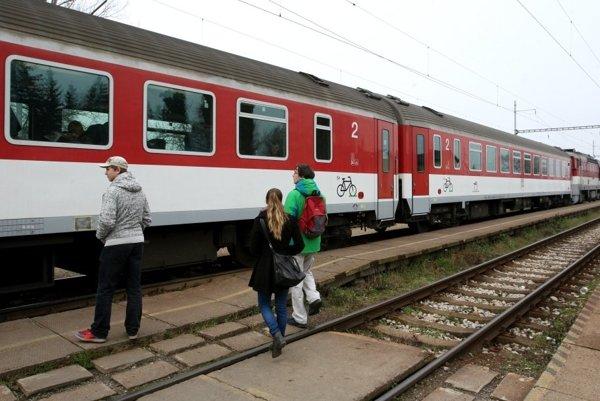 Železnice posilnili spoje.