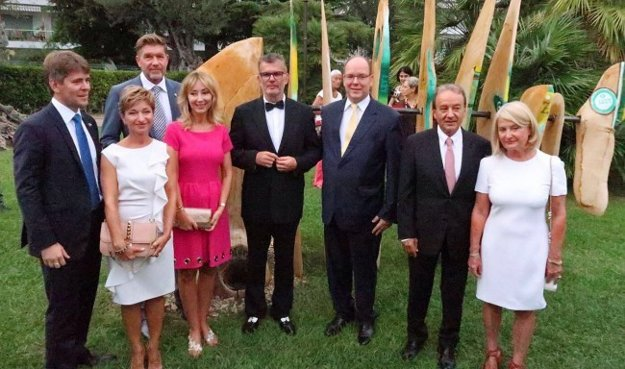Veľvyslanec Marek Eštok (prvý zľava), Miroslav Výboh (druhý zľava) a Tatiana Paracková (v ružových šatách) na otvorení výstavy slovenského umenia v Monaku.