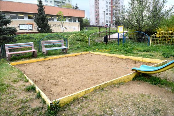 Pieskovisko na KVP. Podľa miestneho poslanca môže byť piesok pre deti na niektorých ihriskách nebezpečný.