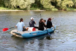 Hron pre jeho charakter obľubujú aj vodáci. Ich zástupcovia bojujú proti výstavbe malých vodných elektrární na rieke roky.
