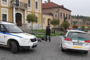 Muža zadržali mestskí policajti.