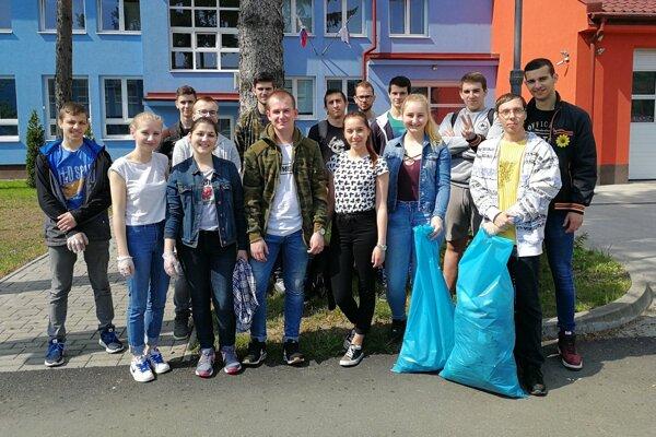 Žiaci Strednej priemyselnej školy v Snine. Ochotne sa zapojili do aktivity.