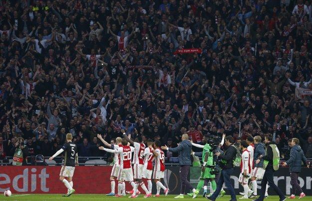 Futbalisti Ajaxu Amsterdam oslavujú víťazstvo nad Olympique Lyon.