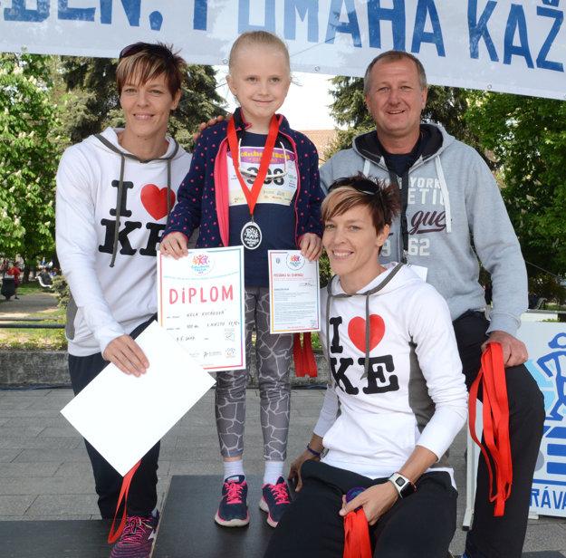 Stretnutie hviezd. Minulej – Igora Kováča, súčasných – Jany a Dany Velďákovej a budúcej – Nelky Kucákovej.