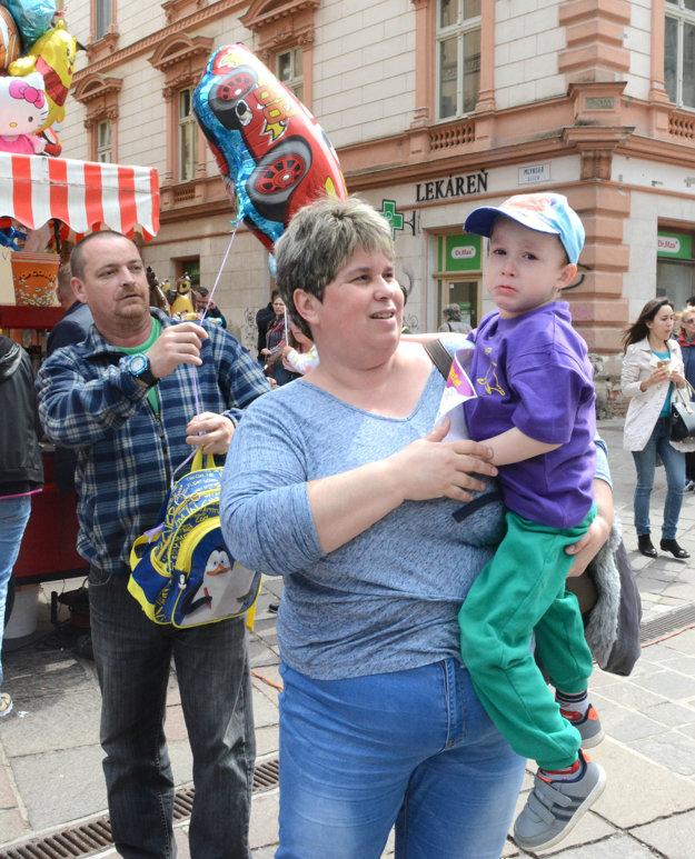 Smútok po prehre. Štvorročnému Jakubovi Parkanskému zo Sene ho rodičia zahojili odmenou v podobe balónového pretekárskeho auta.