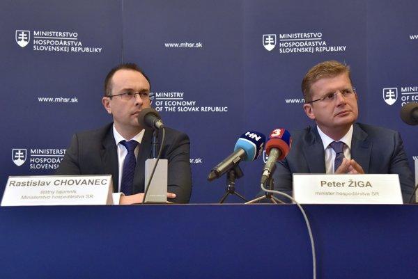 Zľava štátny tajomník Rastislav Chovanec a minister hospodárstva Peter Žiga.