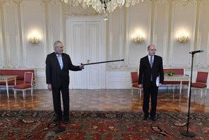 Český prezident Miloš Zeman a dosluhujúci premiér Bohuslav Sobotka.