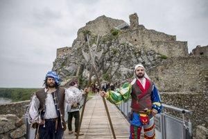 Po deviatich rokoch slávnostne otvorili horný hrad na Hrade Devín a sprístupnili novú expozíciu v podzemných jaskynných priestoroch hradného brala.