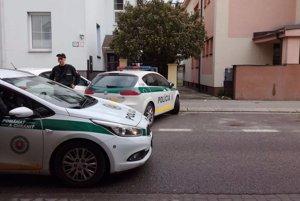 Od rána sú na mieste policajti.
