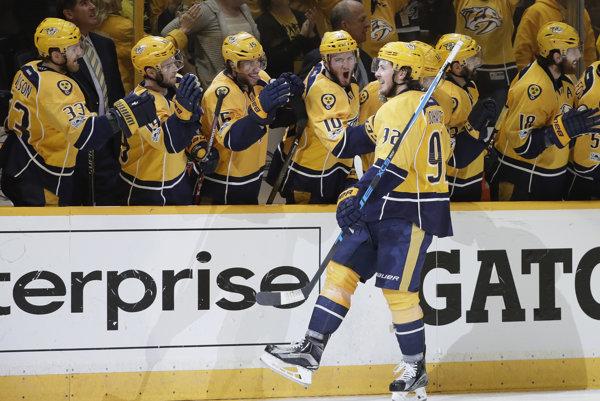 Ryan Johansen z Nashvillu oslavuje so spoluhráčmi svoj gól do siete St. Louis.