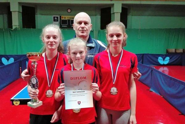 Dievčatá – zľava: Renáta Lacenová, Adriana Illášová a Ivana Gunišová, za nimi tréner Anton Kutiš.⋌