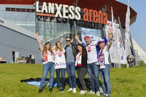 Slovenskí fanúšikovia sa schádzajú pred kolínskou LANXESS Arenou už niekoľko hodín pred zápasom.