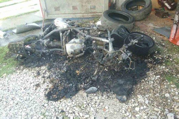 Motorka celá zhorela.