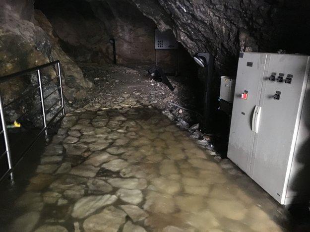 Voda je stále vysoká Pracovníci LVS stále nemôžu opravovať poškodenú elektroinštaláciu, pretože voda vo Vyvieraní ešte neopadla.