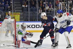 Dylan Larkin (uprostred) sa v USA učí aj od slovenských hviezd.