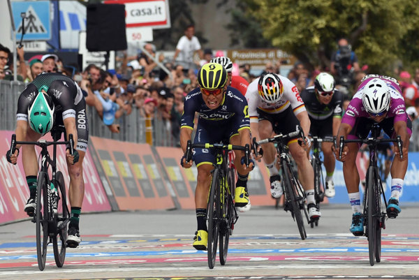 Na snímke uprostred austrálsky cyklista Caleb Ewan - ilustračná fotografia.