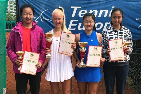 Na obrázku semifinalistky Dong, Yang, víťazka Che (všetky z Číny) a Bianca Behúlová. Určite ju viete identifikovať.