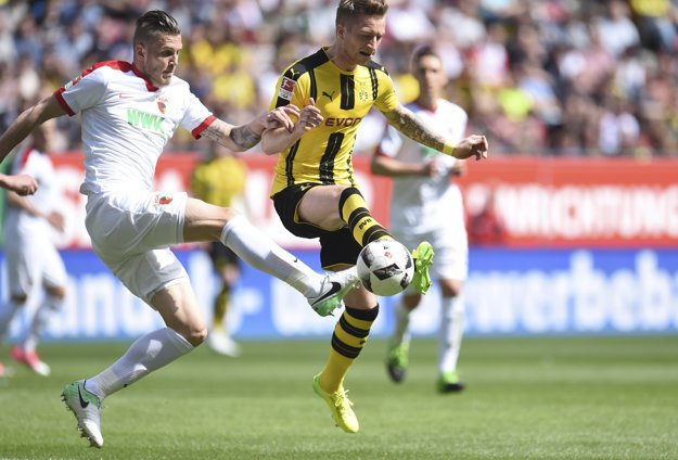 Dortmundská hviezda Marco Reus (vpravo) v jednom zo súbojov.