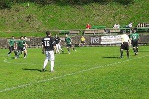 V súboji Oščadnice s Ochodnicou padlo sedem gólov, rozhodca rozdal tri červené karty.