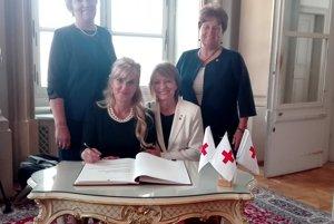 Zľava: Mária Želiarová, predsedníčka MS SČK v Novom Tekove a Oľga Szalmová, riaditeľka ÚzS SČK Levice.