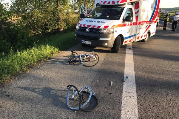 Bicykel prelomilo. Cyklista sa vraj vyhýbal odstavenému autu, zachytil ho mercedes.
