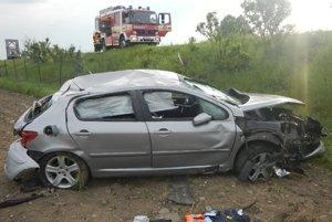 Auto museli späť na kolesá prevrátiť hasiči.