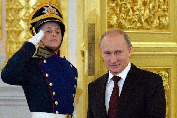 Putin je doma čoraz populárnejší, v zahraničí mu naopak popularita prudko klesá.