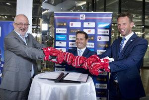 Na snímke zľava generálny riaditeľ Kaufland Slovenská republika Paul Paulis, prezident Slovenského zväzu ľadového hokeja (SZĽH) Martin Kohút a výkonný riaditeľ spoločnosti Pro-hokej Richar Lintner.