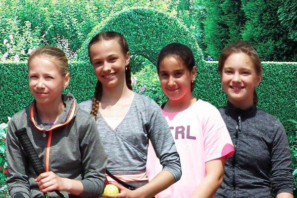 Bronzové medaily vo štvorhre mladších žiačok na majstrovstvách regiónu - zľava Gedayová, Vulganová, Hallová a Eliášová.