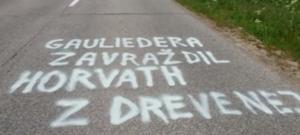 Nápis na ceste hovoril o vražde Františka Gauliedera.