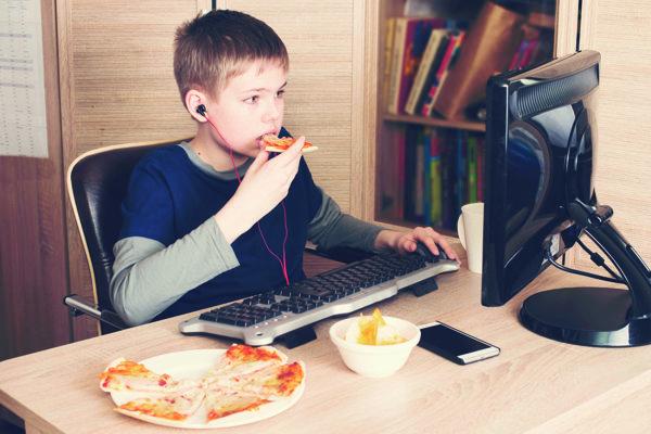 Počítače nadovšetko. Mladí pri nich trávia celé hodiny, aj čas určený na jedlo.