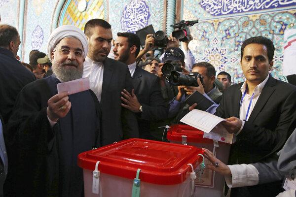 Hasan Rúhaní hlasuje.