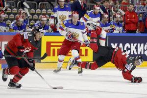 Kanaďan Mark Scheifele (vpravo) padá po súboji s jedným z ruských hokejistov, puk medzitým vyváža jeho spoluhráč Jeff Skinner (vľavo).