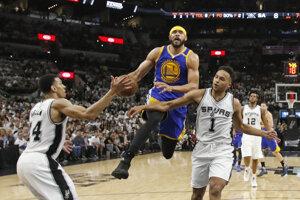 Basketbalisti Golden State Warriors triumfovali v noci na nedeľu v treťom dueli finále play-off Západnej konferencie NBA na palubovke San Antonia Spurs 120:108.