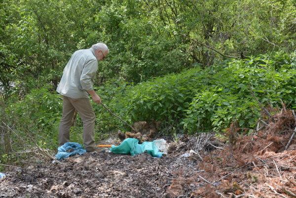 Skládka na rozhraní poľovných revírov. Ján Lach pri zvieracích pozostatkoch.