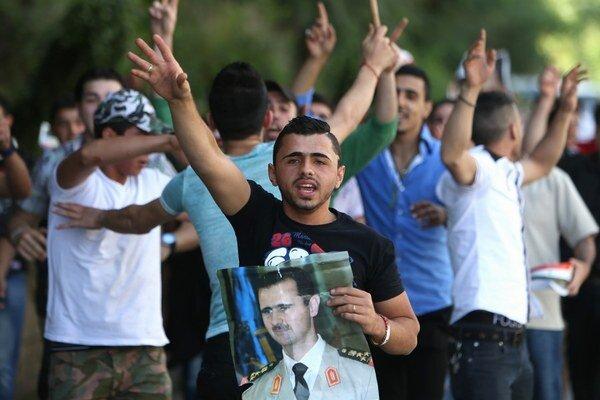 Sýrčania žijúci v Libanone majú možnosť voliť na ambasáde. Niektorí podporili diktátora Asada verejne.