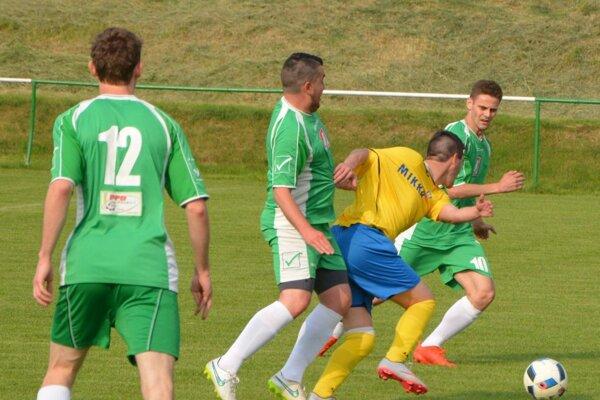 Jacovce - Nevidzany 2:2, oba domáce góly strelil Kaman (vpravo).