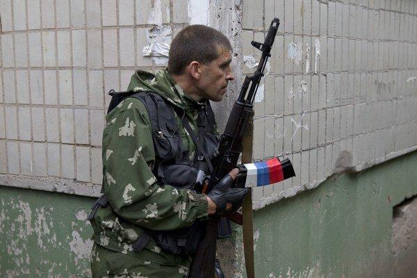 Proruských ozbrojencov, ktorí vyhlásili vojnu  Kyjevu v Luhansku aj v Donecku, pribúda každý deň.