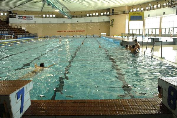 Krytá plaváreň. Jej pôvodnú podlahu okolo bazéna vymenia. Dobudujú kúrenie.