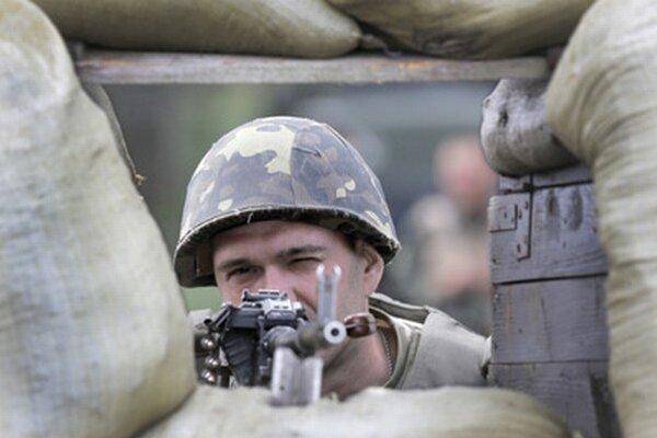 Ukrajinský vojak hliadkuje neďaleko Slovianska.