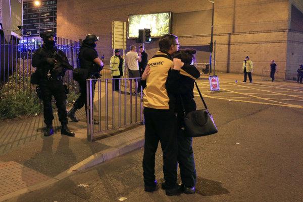 Ľudia pred Manchesterskou arénou po výbuchu.