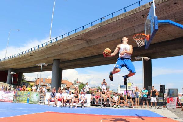 Ukážka streetballu.