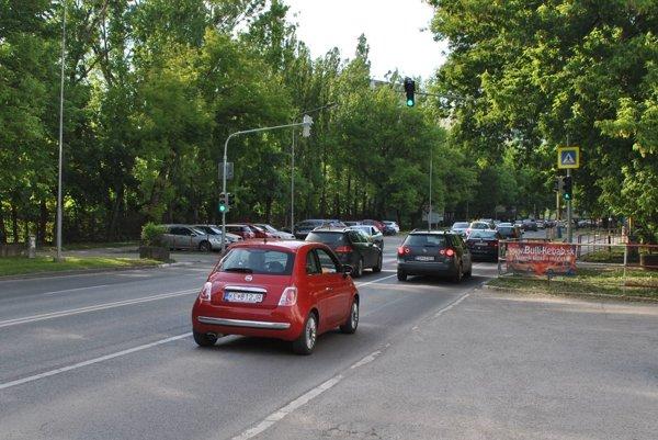 Watsonova od piatku. Cez pracovné dni sa počas špičiek zapĺňa autami, odkedy začali opäť fungovať semafory.