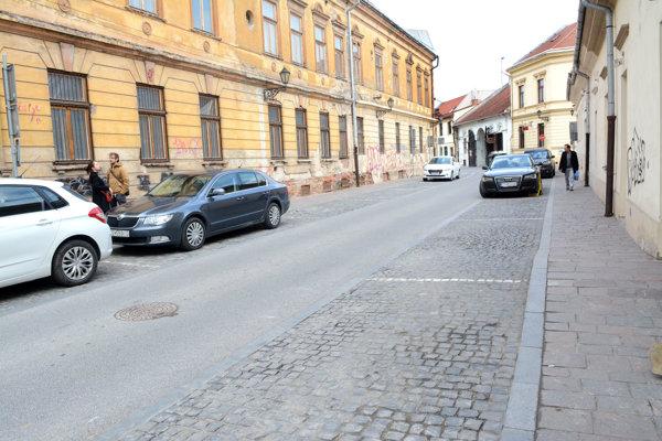 Parkovanie v Košiciach. Zmeny od januára mesto obyvateľom nijako špeciálne nevysvetľovalo, hoci sľúbilo aj kampaň.