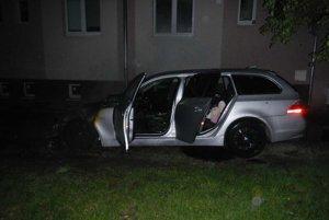 Auto po uhasení požiaru.