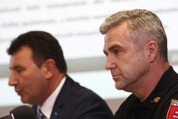 Prezident Policajného zboru SR Tibor Gašpar a prezident Finančnej správy SR František Imrecze na tlačovej besede.